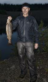 Åke Forsberg med Öring 2.2 kilo tagen vid grillkåtan vid Ångermanälven/Åsele